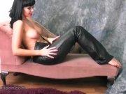 Брюнетка снимает черные штаны из латекса
