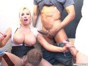 Большегрудую блондинку пустили по кругу в групповое порно большая грудь