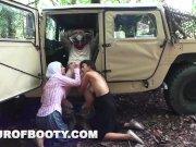 Постановочное, солдаты трахают восточных женщин у хаммера