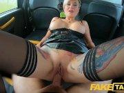 Faux taxi russe tatoué poil court éjacule blonde milf baisée