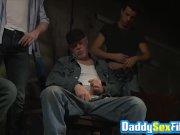 Популярный красавчик Томми Ганн возбуждается и трахает молодую женщину