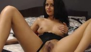 Seks adult Camgirl fingering her pussy