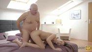 Gris nake Daddy4k. vieil homme aux cheveux gris parvient a seduire ladorable poulett