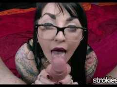 Naughty Cute Gothic Chick Draven Starr Gives Handjob