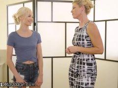 Ondeugende Tiener Elsa Jean Massaged van Hot MILF Teacher