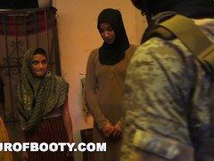 TOUR OF BOOTY - Amerikaanse soldaten gooien een lul in een Arabisch hoerenhuis.