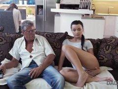 Daddy4k. Fellow Est Occupe Avec Des Ordinateurs Alors Pourquoi Girlfriend Baise Sonnie Pe
