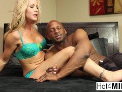 Sexy MILF Simone komt terug voor meer zwarte pik