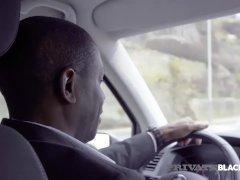Dominica Phoenix neemt interraciale anaal zonder de taxi te verlaten...