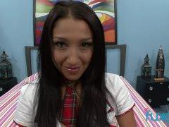 Mager Aziatisch schoolmeisje Vicky Chase