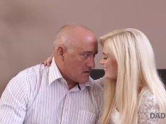 DADDY4K. Massage maakt GF en vader gelukkig door de massage van oude en jonge seks.