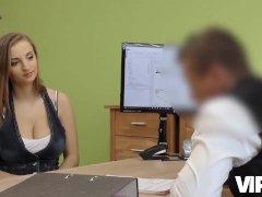 VIP4K. Casting di sesso aiuta Hottie a ottenere credito per riparare