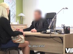 Vip4k. La Rubia Tetona Blanche Se Entrega Al Agente De Crédito