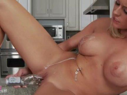 Мадам засняла на камеру свой лесби секс