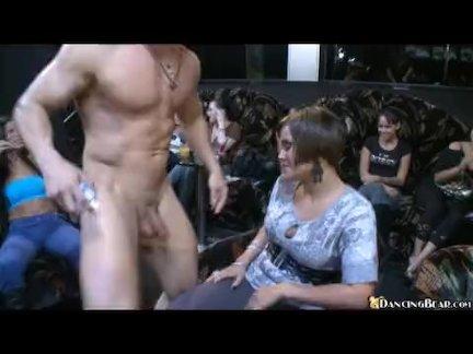 Брюнетка на переднем сидении ублажила своего мужчину