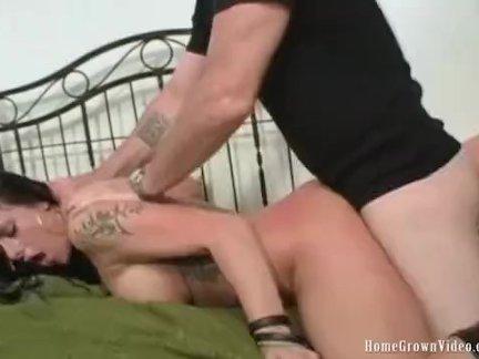Мужик подсматривает за страстными играми двух голых лесбиянок