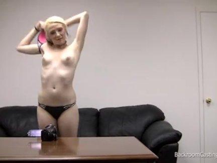 Блондинка по дороге познакомилась с привлекательным негром