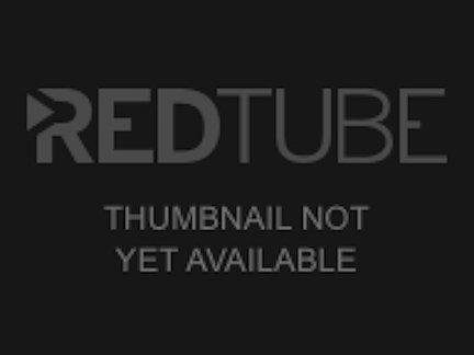 В любительском видео зрелая блондинка балуется с дилдо, а партнёр дрочит и кончает на сиськи