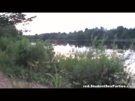 Мужик ловит ракурсы при съёмке порно