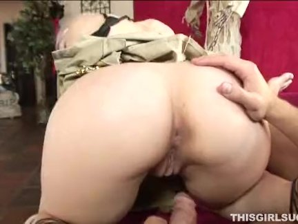Сексуальная блондинка любит сосёт член