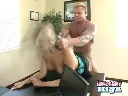 блондинка грудастая подросток - ее задницу шлепнул в то время как