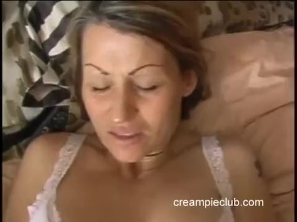 Шатенка с небольшой грудью отдается парню в попу