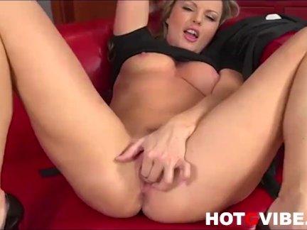 Тренер с двумя спортсменками в ретро анальном порно втроём энергично трахаются