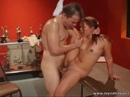 Пижон трахает соску при опытной подруге
