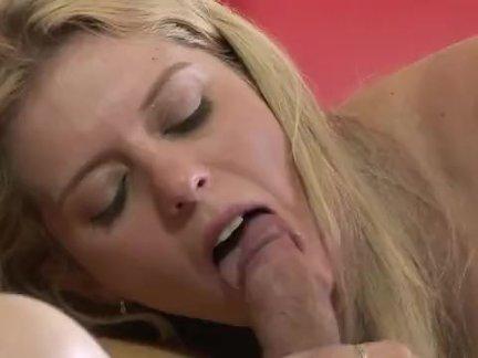 Lily Lane нежно мастурбирует киску стеклянным дилдо