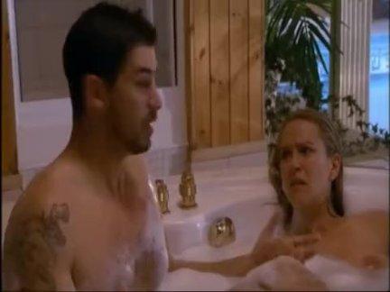 Девушка мастурбирует вакуумной помпой