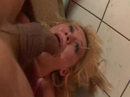Дочка занимается сексом на родительской кровати