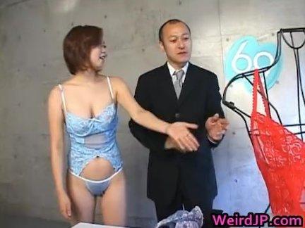 Скрытая камера поймала молодую девушку за мастурбацией