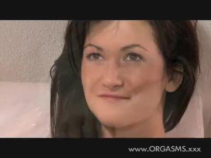 Порно актриса ублажает два твердых пениса