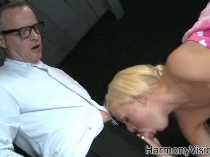 Проститутка отсосала член мужика