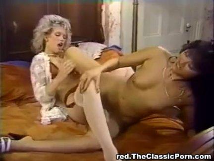 Стройная блондинка пристает к парню и предлагает половой акт