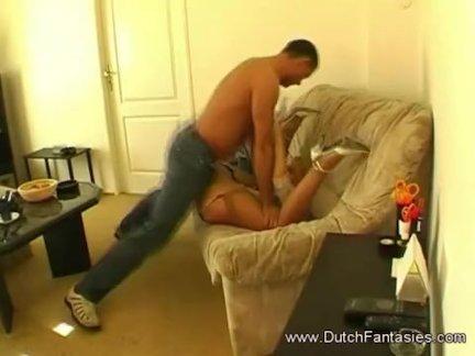 Тутуированная блядь делает оральный секс зрелому мужику и ебется