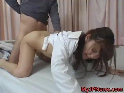 Горячий японский доктор занимается сексом
