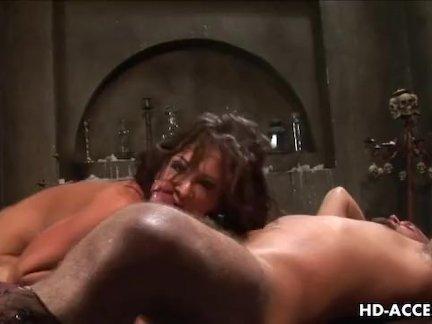Баловница устраивает с негром пошлое порно