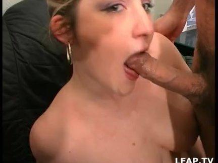 В домашнем видео фигуристая развратница интимными игрушками дрочит киску