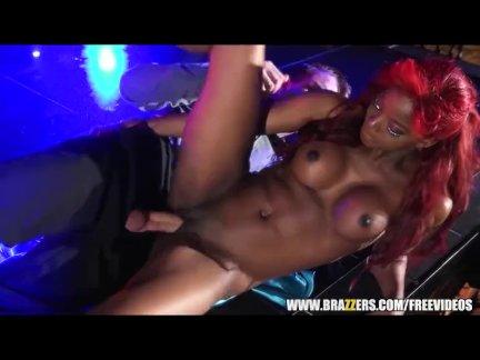 Пьяные стриптизерши танцуют на приватной секс вечеринке