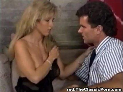 Сексуальная блондинка занимается сексом на столе