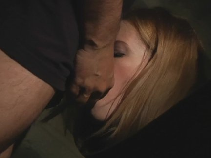 Девка приятно забавляется с сексуальной дыркой