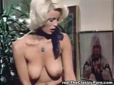 Немецкая красотка перед вебкамерой наслаждается мастурбацией щелочки