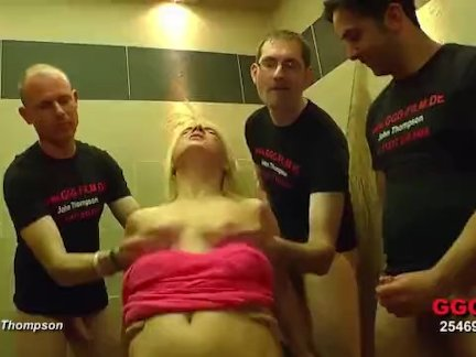 Красивая блондинка соблазняет парня в спальне