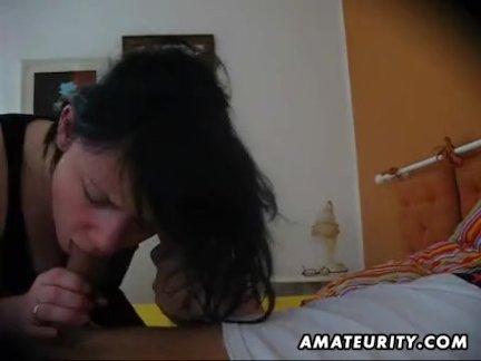Девушка наслаждается толстым пенисом парня