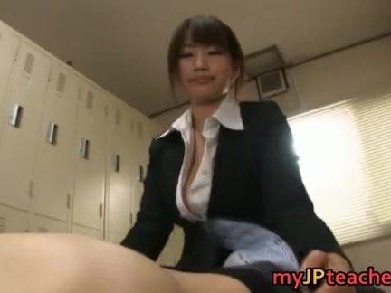 Грудастая проститутка от первого лица сосёт большой член крупным планом