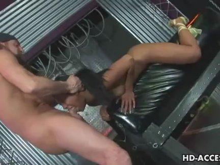 Сексуальные грудастые лесбиянки на диване расслабляются