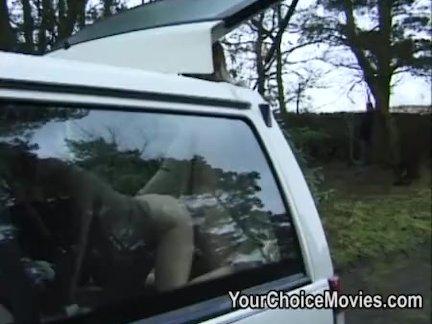 Русская красотка ублажает черного самца на диване