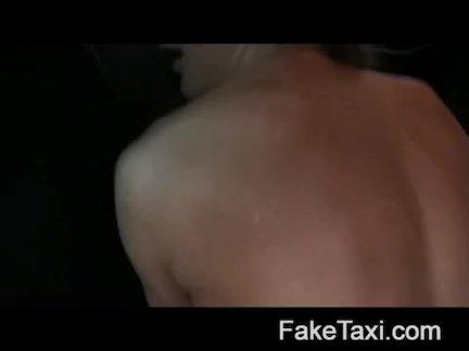 Горячая румынская девушка в заднем сиденье минет