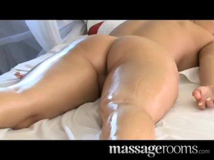 Молодая брюнетка мастурбирует и пробует себя